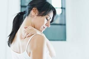 При кашле болит спина в области лопаток: отчего бывает и как лечить