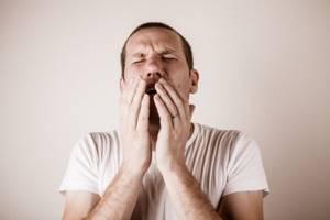 Сухой раздирающий кашель: причины симптома и его лечение